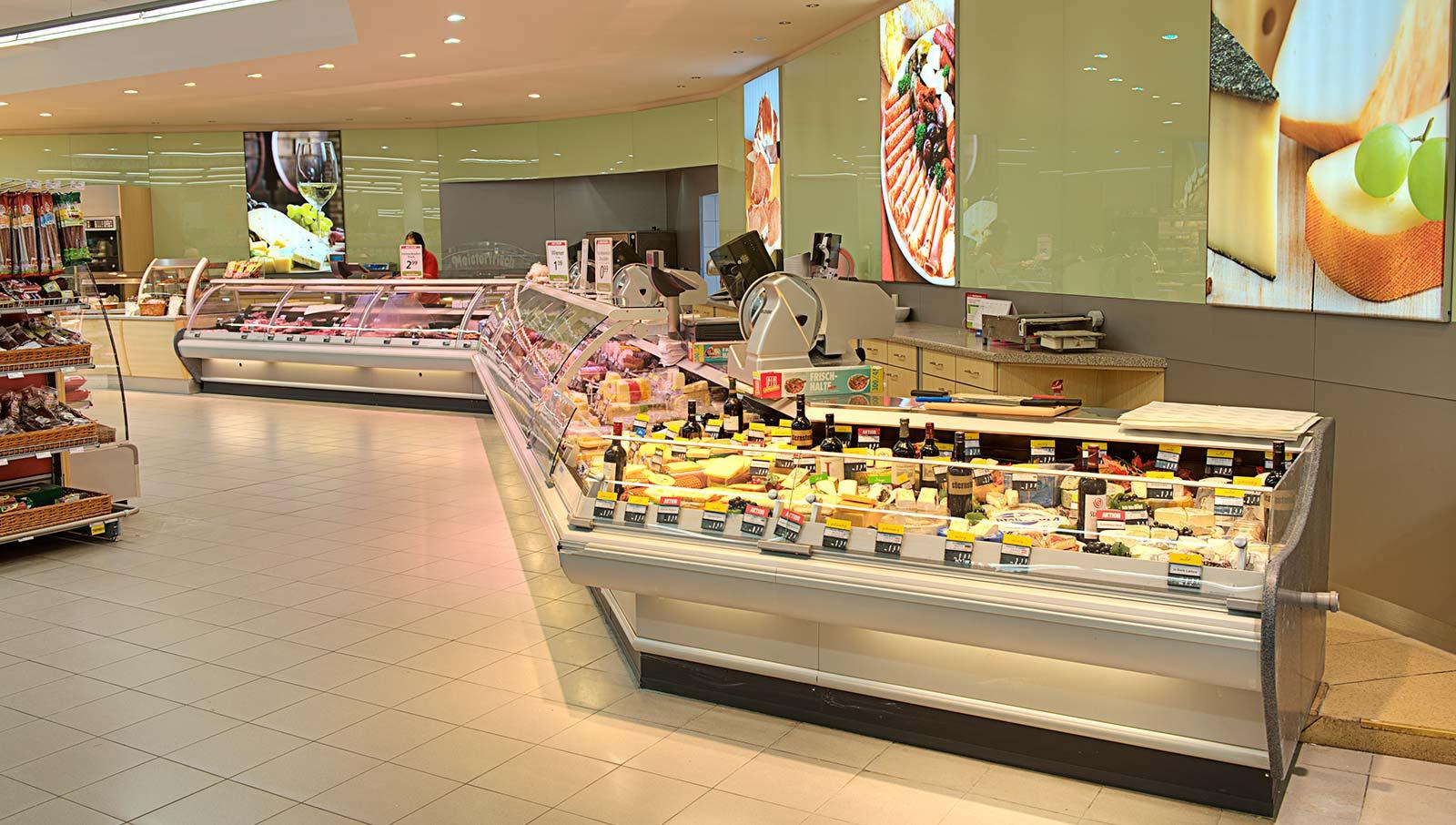 Die bestens sortierte Feinkosttheke im Nah&Frisch-Supermarkt. © Reinhard Podolsky/mediadesign