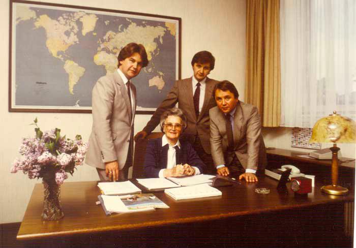 1972 - Rosa Kiennast mit ihren Söhnen Herbert, Raimund und Julius (v.li.)