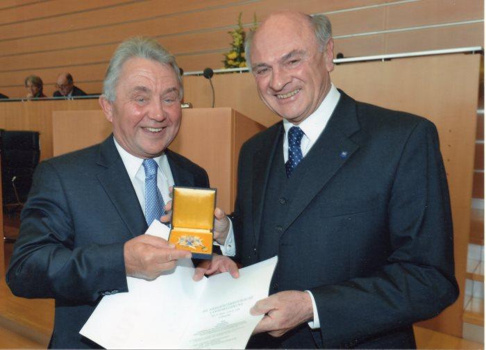 2012 - KR Julius Kiennast erhält von Landeshauptmann Dr. Erwin Pröll das