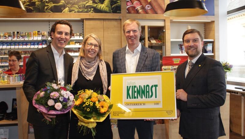 Mag. Alexander Kiennast, Mag. Elisabeth Tremmel-Kiennast, Mag. Julius Kiennast und Adam Christian freuen sich über die Neueröffnung. © Gerhard Baumrucker / NÖN