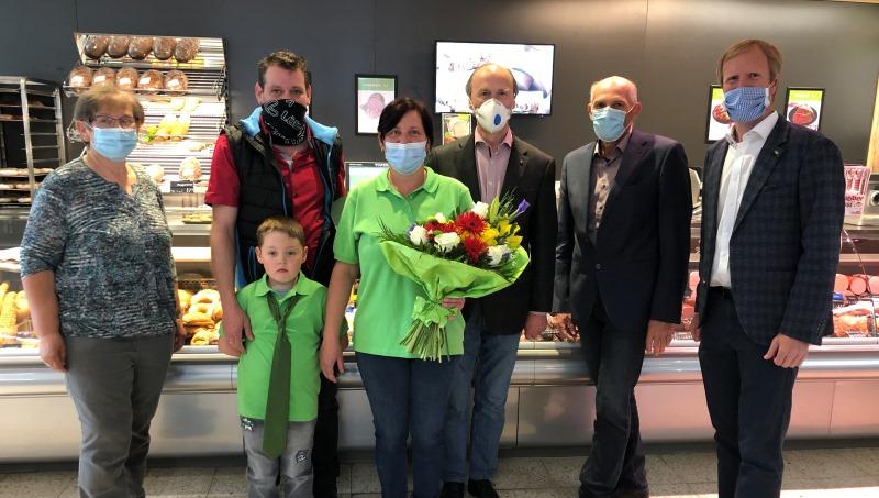 Bürgermeister Mag. Martin Gudenus von der Gemeinde Mühlbach freut sich mit Familie Zanitzer und Mag. Julius Kiennast über die Neueröffnung.