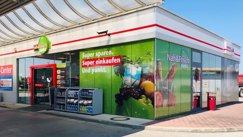 Die Außenansicht der AVIA Tankstelle in Ratzersdorf erstrahlt im neuen Nah&Frisch punkt-Design.