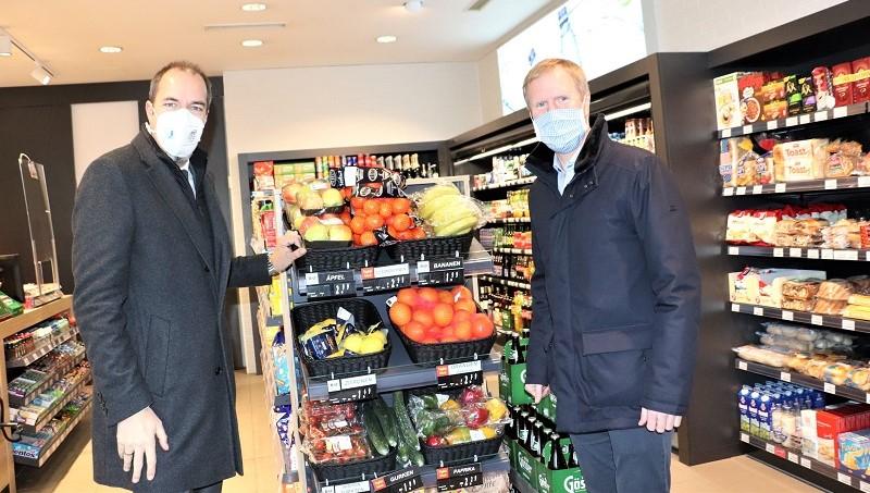 v.li.: Honorarkonsul Mag. Rudi Roth und Mag. Julius Kiennast freuen sich über die Neueröffnungen. © Foto: Edith Ertl / DIE WOCHE Graz