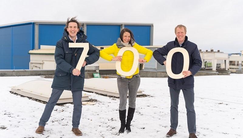 Cornelia Daniel freut sich mit Julius und Alexander Kiennast über Dach #700. © Foto: Hannes Winkler