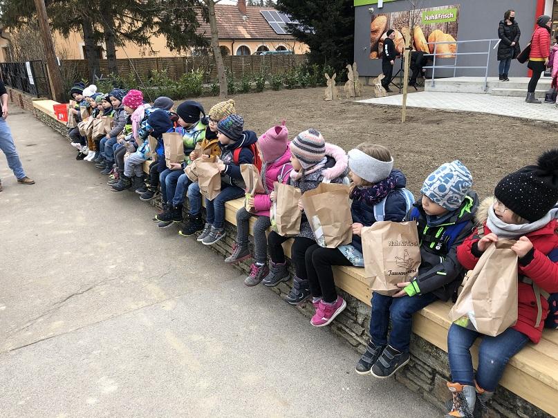 Auch die Kleinsten in Ebenthal haben Freude mit dem neuen Nah&Frisch!