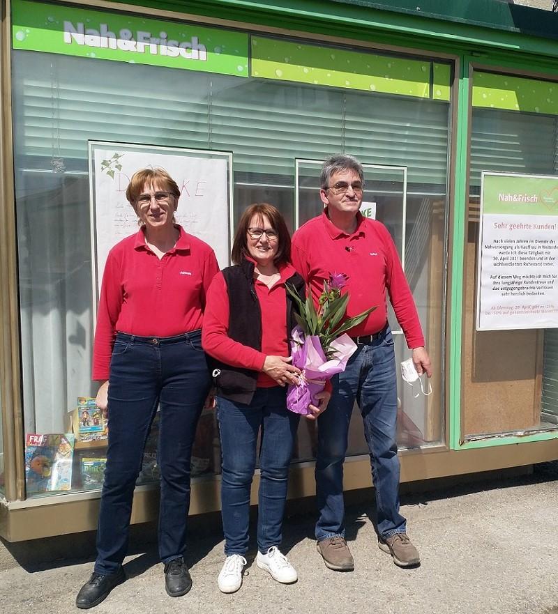 Johanna und Robert Schmid wünschen Frau Krähan alles Gute für die Pension!